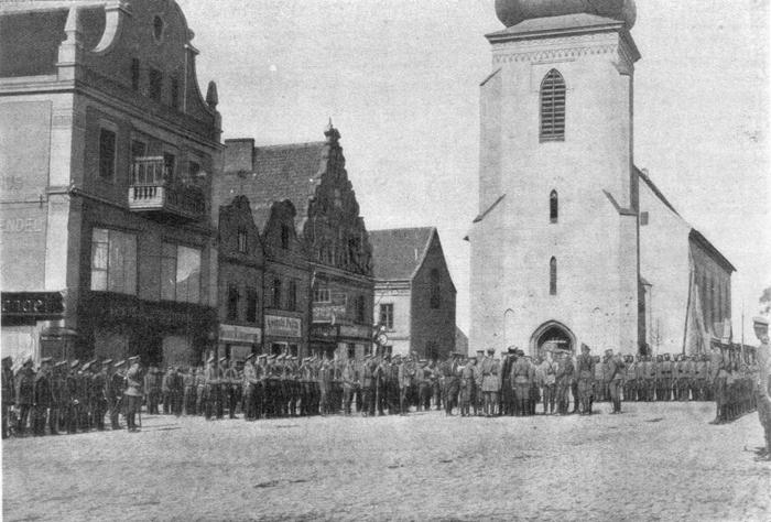 Siegesparade der russischen Rennenkampf-Armee auf dem Alten Markt in Insterburg vor der Lutherkirche, Foto: gemeinfrei