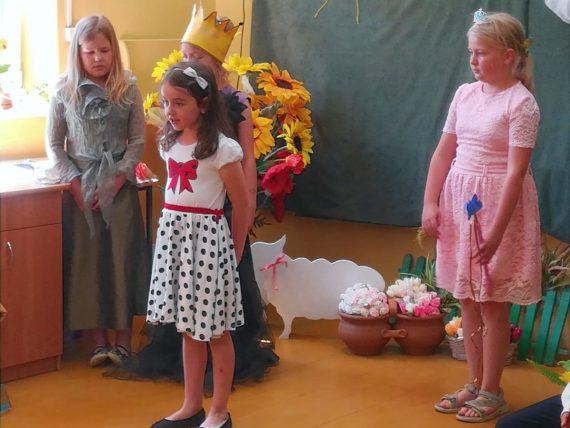 Märchenhaftes von den Theatergruppen der Grundschule Kruttinnen, Foto: Brigitte Jäger-Dabek