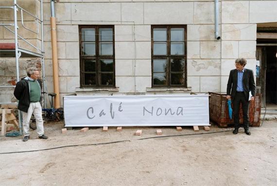 Dirk von Haeften udn Botschafter von Freytga-Loringhoven enthüllen das Schild des neuen Cafes in Steinort