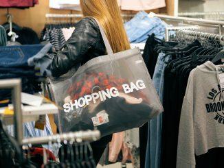 Frau geht im Geschäft shoppen.