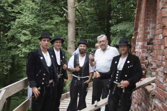 Die vier Zimmerleute Malte Urban, Marius Wiener, Paul Neumann und Vitus Mändli (in Berufskluft v.l.n.r.) und Prof. Wolfram Jäger (Foto: Sebastian Bartsch)