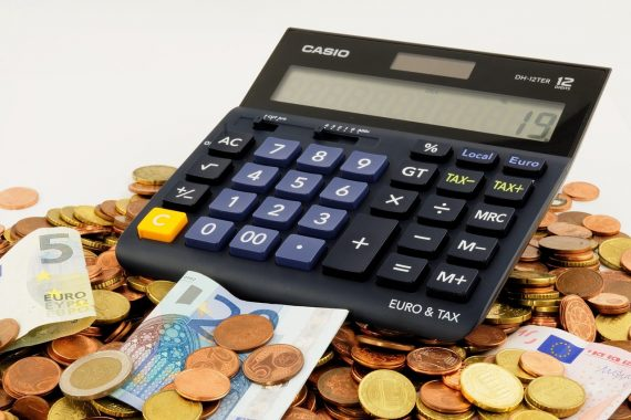 Taschenrechner steht auf Geld
