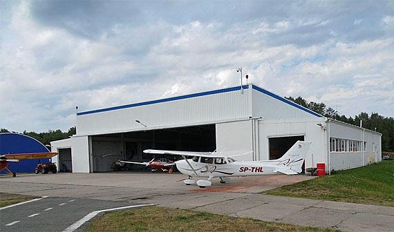 Hangar auf dem Flugplatz Deuthen (Dajtki) bei Allenstein (Olsztyn), Foto: Antekbojar, CC-BY-SA-4.0