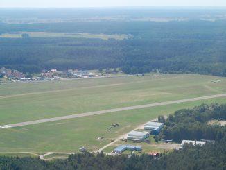 Flugplatz Deuthen/Dajtki aus der Luft, Foto: Marek Cel, CC-BY-SA-3.0, GFDL