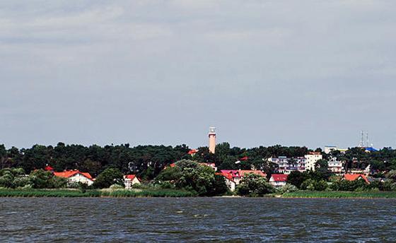 Krynica Morska vom Haff aus gesehen, Foto: Polimerek, CC-BY-SA-3.0