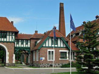 Torhaus und Majolika-Fabrik in Cadinen, Foto:Textkorrektur, CC BY-SA 3.0, majolika1.jpg