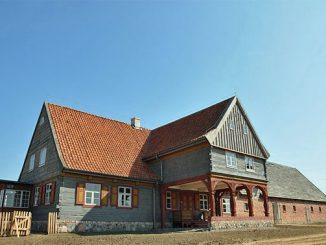 Vorlaubenhaus aus der Weichselniederung im Olenderski Park Etnograficzny in Wielka Nieszawka, Foto: Olebart, CC-BY-SA-4.0