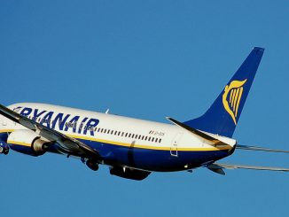 Ryanair Boeing 737-800 fliegt von Syzmany nach London-Stansted, Foto: Adrian Pingstone, gemeinfrei