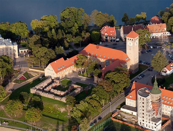Szczytno / Ortelsburg: Schlossruinen und der charakteristische Rathausturm, Foto: ZeoJeden, CC BY-SA 3.0 pl